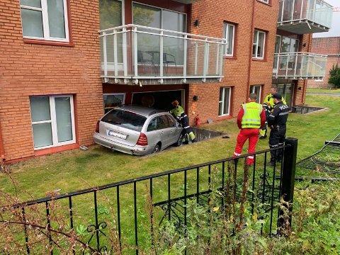 STORE SKADER: Her endte ferden for sjåføren som mistet kontrollen over bilen tirsdag morgen og kjørte inn i et hotellrom.