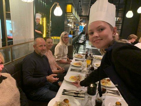 Thea Bossum Hermansen serverer her forrett til sin pappa Jørgen Hermansen og mamma Anette Bossum. De er ekstremt imponert over hva Thea og hennes skolekamerater har tryllet frem på kjøkkenet. Foto:Ivar Brynildsen