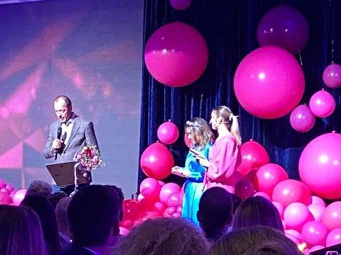 Ansvarlig redaktør i Fredriksstad Blad, René Svendsen mottok prisen Årets relasjonsbygger, mandag kveld.