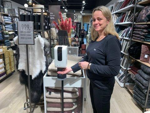 Assisterende butikksjef Laila Anita Glomdal på Kid bruker sprit fortsatt. Det gjør også en god del kunder.