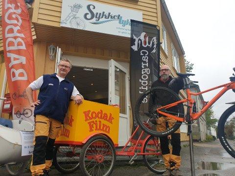 Torsnesmannen Ronny Johansen (54) og sarpingen Stig Hasle (54) bringer nytt liv i den gamle slakterbutikken på Selbak Torv. Klenodiet i midten, varetrehjuling fra Pashley Cycles, er trolig eldre enn sine eiere.