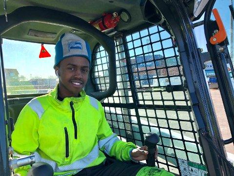 Hassan er en ivrig «bobcat» kjører, som blant annet brukes til sammenkjøring av rest-last ved lossing av bulkvarer.