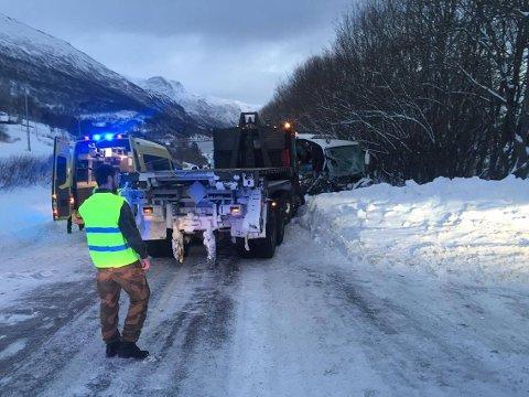 Det er store skader på bussen som var involvert i ulykken.