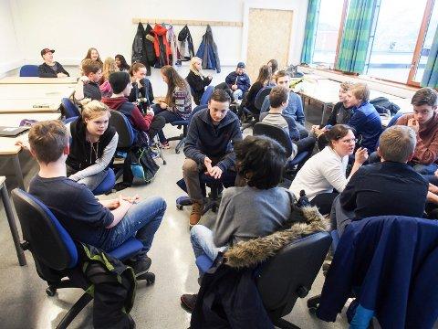 diskusjon: Ungdommene må gjennom 18 timer med kurs. På kursene diskuterer de temaer med de andre konfirmantene.