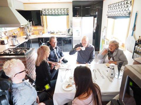 Statsminister Erna Solberg (H) og ordfører i Narvik, Tore Nysæter (H) besøkte brødrene Bjørn og Øyvind Hansen. Brødrene fortalte om livet sitt, utfordringene og fremtidsplaner.