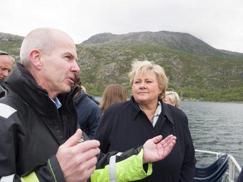 Erna Solberg skal legge ned krans på kirkegården i Narvik 8. mai. Her sammen med Ulf Eirik Torgersen på et tidligere besøk i Narvik.