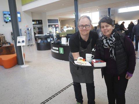 Besøkende nummer 100.000 i biblioteket og Kafé Punktum vil få en gave både fra kafévert Torje Hestnes og fra biblioteksjef Tonje Farset. Foto: Jan Erik Teigen