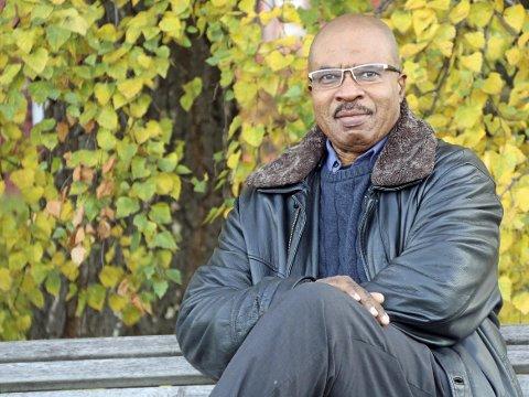 TILFREDS: Den dag i dag er Joseph Kufi Tambwe fornøyd med livet sitt i Narvik. Søndag er det TV-aksjon som går til Røde Kors, en forening han også er aktiv i. Det påminner han om hvordan han selv har hatt det og han påminner folk om at flyktninger er flyktninger nettopp av en grunn. Foto: Odd-Georg H. Benjaminsen.