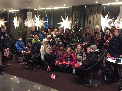 Klasse 8D ved parken ungdomsskole fylte juletreet på Grand med gaver