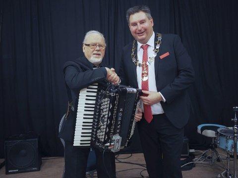 Musiker og komponist Einar Haavik er tildelt Narvik kommunes kulturpris for 2016. – Tildelingen er meget velfortjent, mener ordfører Rune Edvardsen. Akkurat det er det ingen uenighet om. Foto: Jan Erik Teigen