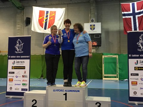 Anita Lien på toppen av seierspallen i NM i bueskyting.