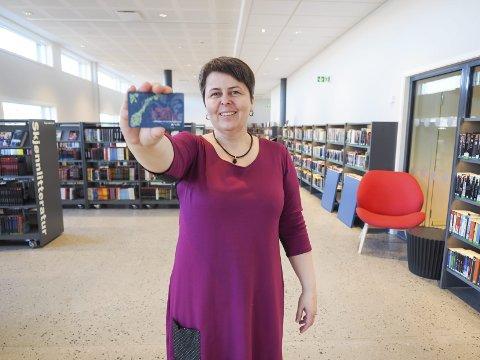 400 lånekort: – Vi har ikke gjort annet enn å registrere nye lånekort, smiler biblioteksjef Tonje Farset. Siden åpningen av biblioteket i Det 4. hjørnet har de registrert mellom 300 og 400 nye kort. Alle foto: Lone Martinsen