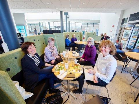 Kafe Punktum det 4. hjørnet fra venstre rundt bordet med klokken: Siri Dyrstad, Ellen Figenschow Lind Elin Brunvold Dyrstad og Berit Figenschow Lind lunsj