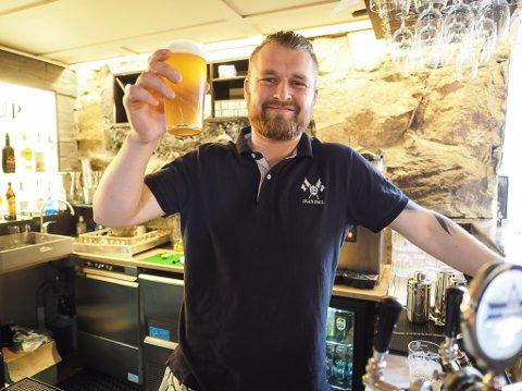 Morten Larsen kan stolt servere Narvik ale på Bar Astrup.
