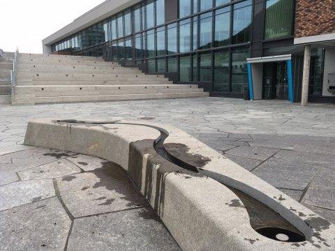 Tre ungdommer ble observert idet de fylte jord i den nye fontenen utenfor Det 4. hjørne. Eierne frykter nå at den er ødelagt. Politiet ble varslet, men ungdommene var forsvunnet før de kom til stedet.