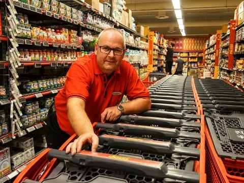 Finn Arne Haakonsen og medarbeiderne på Extra på Frydenlund tar seg alltid tid til kunder som trenger hjelp.
