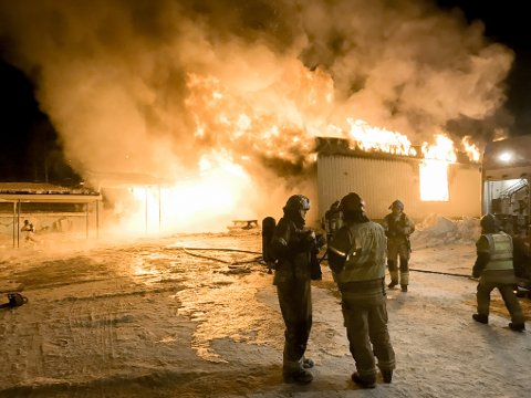 Rundt én time etter at brannen ble meldt på Liland skole, var bygget overtent. Brannmannskapene konsentrerte seg da om å berge nabobyggt; administrasjonsfløyen.
