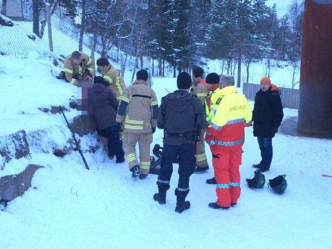 REDNING: Brannvesen, politi og ambulanse er på stedet. Foto: Lone Martinsen.