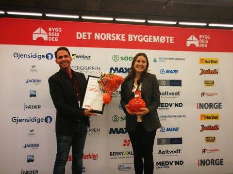 VINNERE: Her mottar daglig leder Reidar Schille og markedsansvarlig Kristin Markussen i Heatwork prisen.