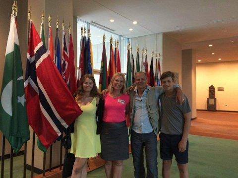 Familien Pedersen og Lyngedal i FN bygningen i New York.