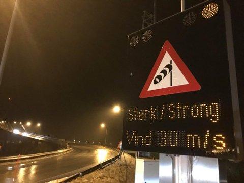 UVÆR: Mye vind har gjort at brua har vært stengt og skapt problemer på begge sider av brua. Arkivfoto Foto: Ragnar Bøifot.
