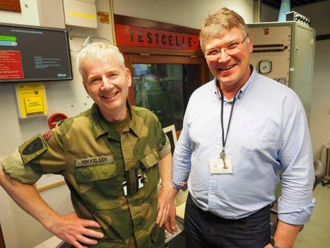 Sjef for Bjerkvik tekniske verksted Kjell Mikkelsen (til venstre) fikk tidenes julegave – fire dager før julaften. Her sammen med Karl Erik Karlsen hos Bjerkvik tekniske verksted.