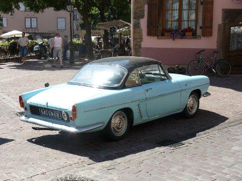 Bilen på bildet er en Renault Floride i fargen Narvik Blue. Men det er ikke denne bilen som ble solgt i Narvik.