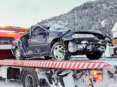 Bilen fikk hard medfart etter utforkjøringen. To menn i 40-årene ligger nå til observasjon på sykehuset i Narvik. Én med lettere skader. Den andre med lettere og moderate skader.