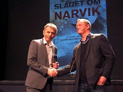 Banksjef Elling Berntsen overrakte Tom Vidar Karlsen fra Storyline NOR 500.000 kroner på direkten under konferansen Opptur. (Foto: Jan Erik Teigen)