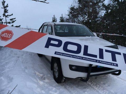 SPERRET AV: Bilen til avdøde sto onsdag ettermiddag parkert rundt 400 meter fra stedet hvor det fatale skuddet falt. (Foto: Thor Harald Henriksen)