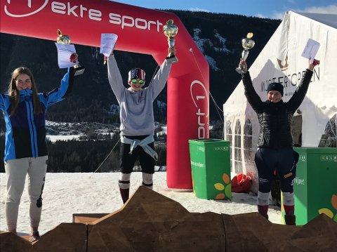 Sofie Aam Olsentok fire gull. Her feirer hun på toppen av pallen sammen med til venstre Johanne Eilertsen fra Ankenes Alpinklubb.