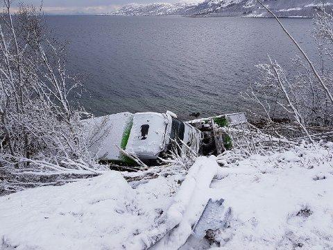 Vogntog havnet utfor veien ved Skarberget i Tysfjord.