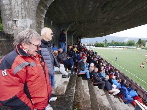 GØY: Arnt Kristensen til venstre og Marvin Danielsen er fast inventar på Narvik Stadion og hjemmekamper. Torsdag hadde de selskap av betraktelig mange flere enn de siste kampene. Alle foto: Kristoffer Klem Bergersen