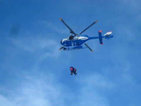 UGUNSTIG: Polisens helikoptre bidrar i redningsoppdrag. Det legger press på ressursene.