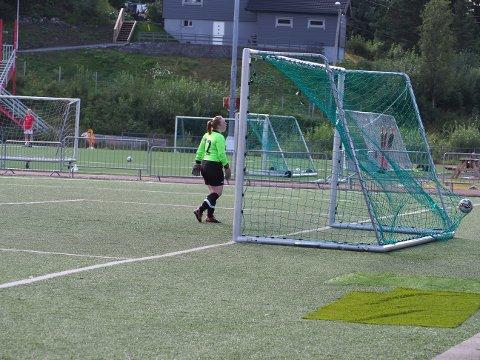 Tolv: Ballstad-keeperen plukket lørdag ut like mange baller av eget nett som tallet på ryggen sin.