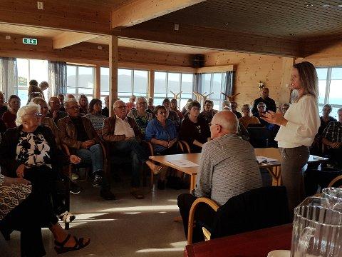 Kul på veggene på Kaia kafe leder i samferdselskomiteen Trude Hagland (AP) besøkte Kjeldebotn