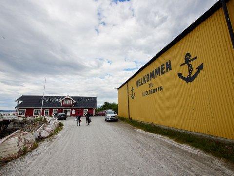 FYLLES OPP: Området ved hurtigbåtkaia i Kjeldebotn er titt og ofte fullt av biler, spesielt etter at flyplassen i Framneslia ble nedlagt.