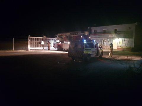Torsdag kveld: Sea King-helikopteret landet på den nedlagte flyplassen før det dro videre for å søke etter én savnet person. Personen kom raskt til rette.