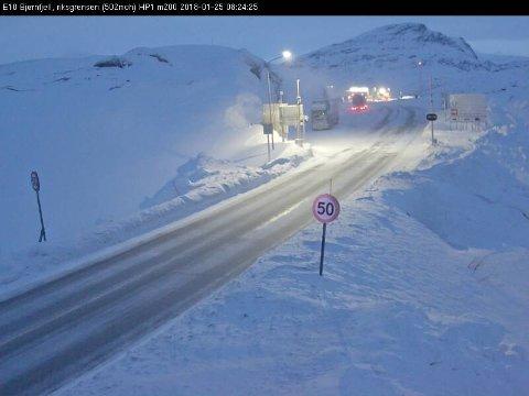 VÆRHARDT: E10 over Bjørnfjell er Nord-Norges oftest stengte veistrekning. Klokken 08:24 var den imidlertid åpen, men det er varslet at den kan stenges på kort varsel. Foto: Statens vegvesen.
