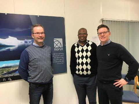 Veien tilbake til arbeid. Joseph Tambwe, nytilsatt forsker i NORUT sammen med forskningssjef Bård Arntsen (th) og veileder i Agenda Geir Bjørkaas