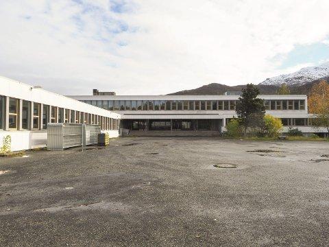 Deler av den gamle skolen (bildet) som nå er revet er 4,6 meter lavere enn den som skal bygges. Beboere har klaget, men byggestart utsettes ikke.