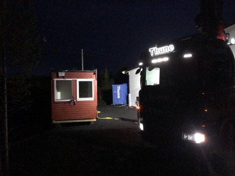 PÅ PLASS: Fredag ettermiddag, etter at mørket hadde inntruffet, var varmebua på plass på Trollhøgda.