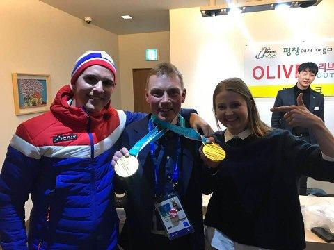 Her er Arne-Markus Svendsen sammen med Didrik Tønset og Ingvild Flugstad Østberg etter at de begge var med å ta gull på stafetten i OL. Begge gikk førsteetappen for Norge.