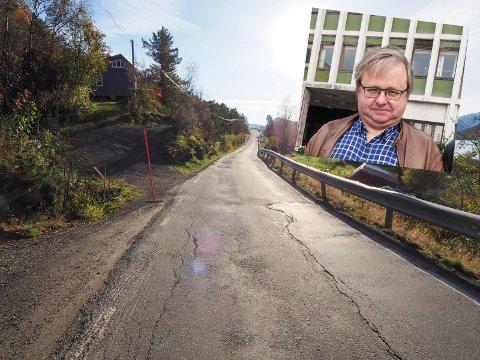 SETTER BUSS PÅ AGENDAEN: Leder for Rødt i Narvik, Erling Grape (innfelt) har ikke glemt av bussen i Skjomen som igjen er planlagt å utebli på sommerstid. Foto: Arkiv/Terje Næsje
