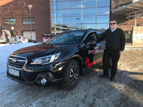 Simon Feragen (26) har kjørt drosje i Narvik i over fem år. Nå er han endelig sin egen sjef.