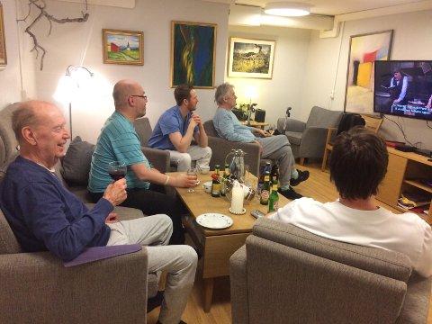 KOSER SEG: Mennene på Villa Solborg koser seg med Oluf og noe godt i glasset.