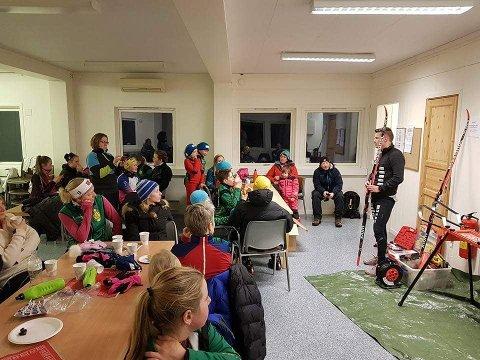 Teknikk og smurning. Vegard Johnsen benyttet Kråfjellrennet til å fortelle de yngre skiløperne i Ballangen skiklubb om grunnleggende smurning.