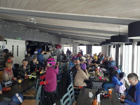 Strømbrudd: Strømbrudd inn til Fjellheisrestauranten stoppet ikke festen i fjellet.  Foto: Andreas Haakonsen