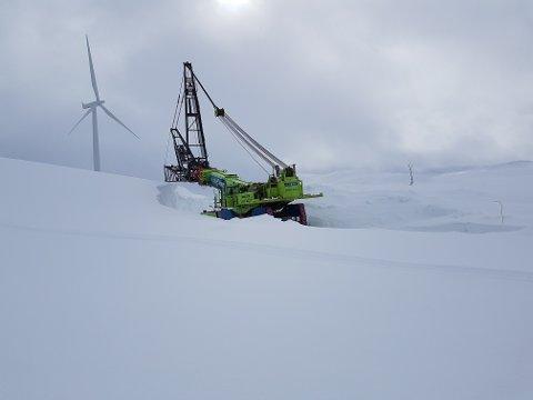 Nye snø og vening på deler og kranbil har ført til at den ene vindmøllen på Nygårdsfjellet vindkraftpark har stått i ro en periode.
