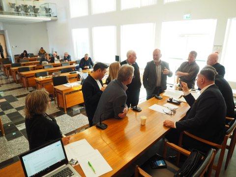 Her diskuterer fellesnemndas medlemmer ordlyden i vedtaket.